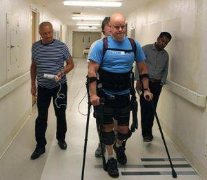 Новый бионический экзоскелет помогает ходить парализованным