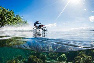 Первый мотогидроцикл — по воде аки посуху