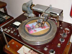 Ретро-устройства, «мультимедия» в ссср. звукозапись «музыка на ребрах», кинокамера и телевизор